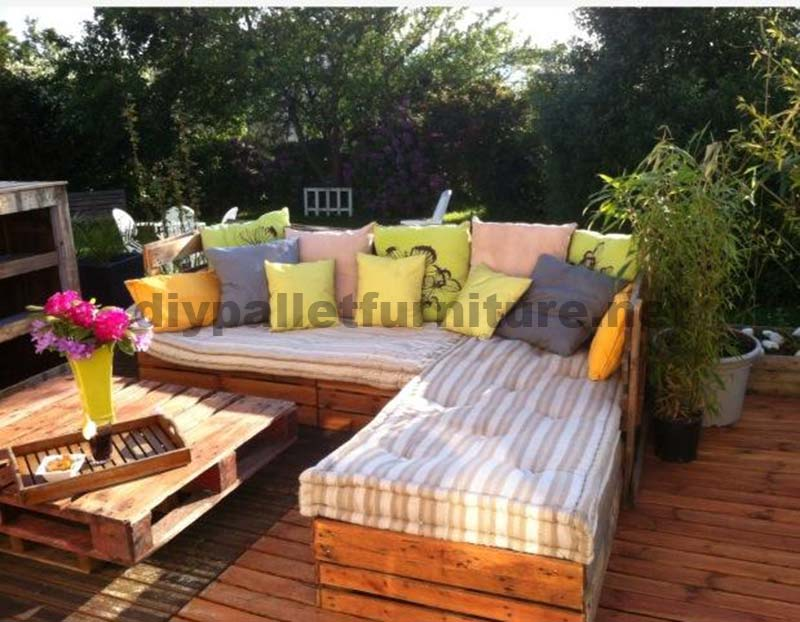 Garden lounge made with palletsdiy pallet furniture diy - Decoracion palets jardin ...
