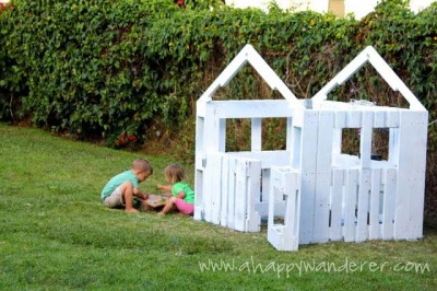 Little house for the children made of pallets 8
