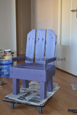 Little kids chair made ​​with pallets