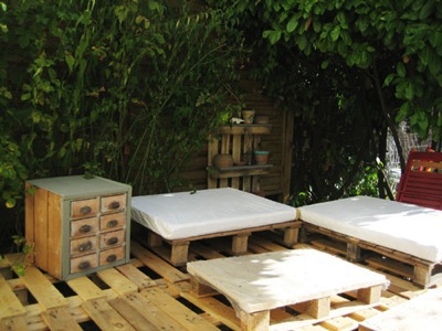 Step by step instructions of how to make a chillout lounge with pallets