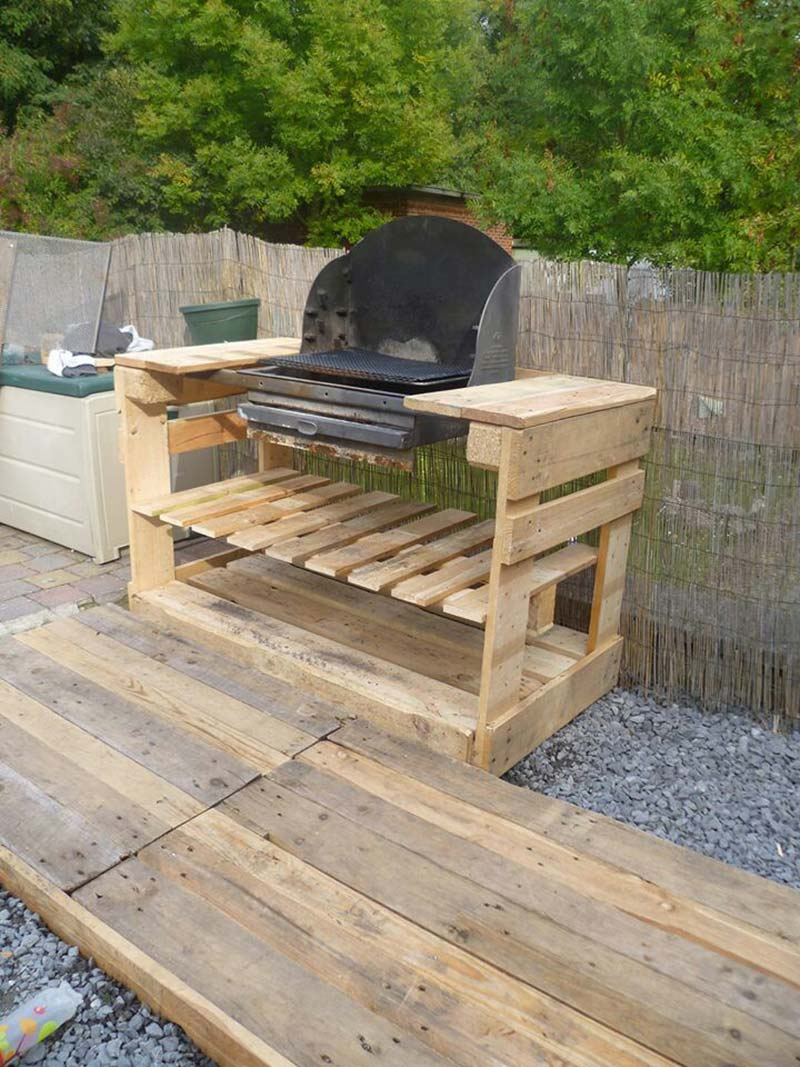 A barbecue with pallets diy pallet furniture diy pallet for Palette table de jardin