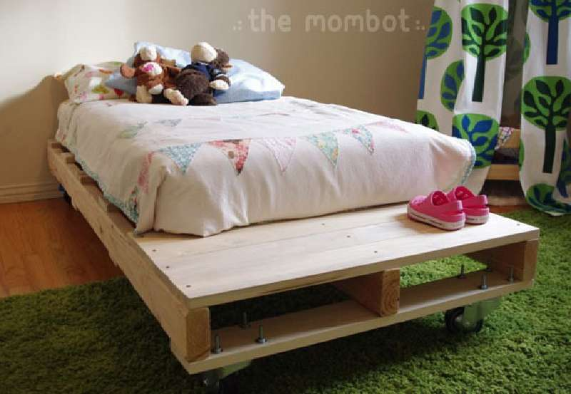 Build a bed for your kids with palletsdiy pallet furniture for Diy kids pallet bed