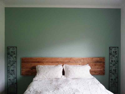 Construction process to build a nice bed headboard with pallets