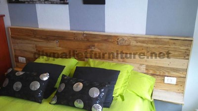 Bed headboard made ​​with pallet planks