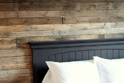 Coated your bedroom with pallet planks 4