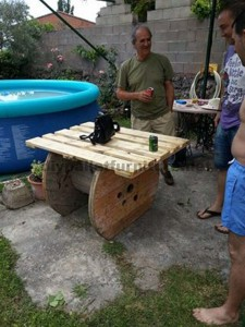Garden table made ​​with a wooden coil and one pallet 3