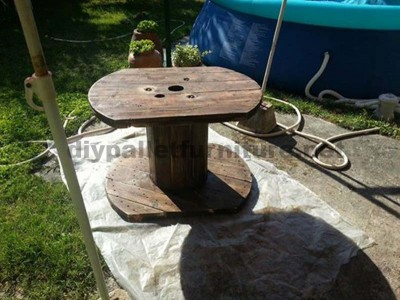 Garden table made ​​with a wooden coil and one pallet 4