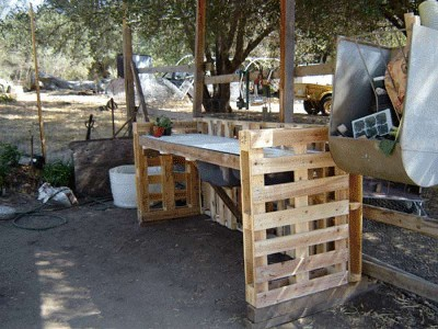 How to build a working corner for your yard with pallets 2