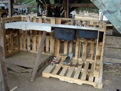 How to build a working corner for your yard with pallets