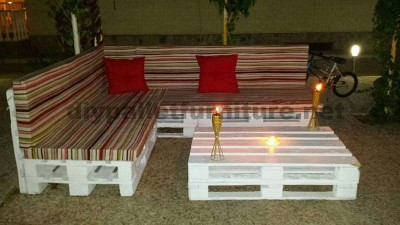 Sofa and coffee table made of pallets for the garden