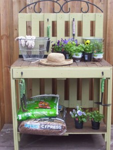 A beautiful gardening working table made ​​from pallets 1