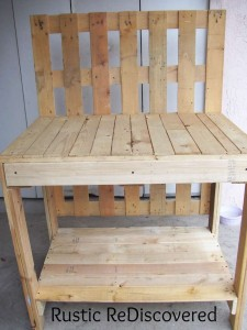 A beautiful gardening working table made ​​from pallets 5