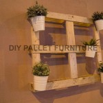 A pallet planter to decorate the entrance of your home