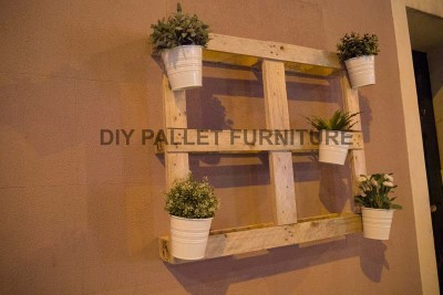 A pallet planter to decorate the entrance of your home 2