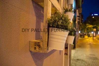 A pallet planter to decorate the entrance of your home 3