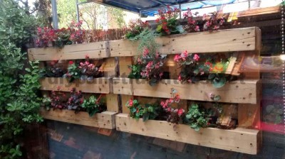Decorating a little courtyard with pallets 1