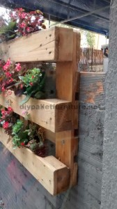 Decorating a little courtyard with pallets 2
