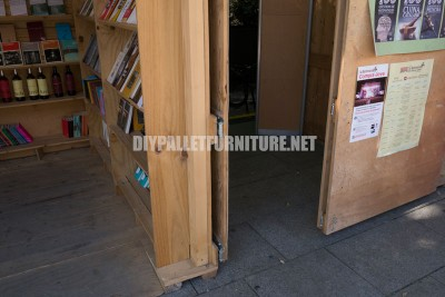 Kiosks and structures made of pallets for a Setmana del Llibre en Catala 2