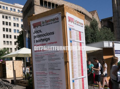 Kiosks and structures made of pallets for a Setmana del Llibre en Catala 3