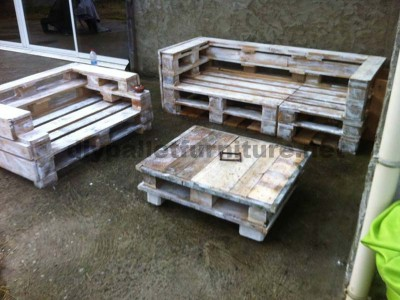 Pallet furniture set with sofas and a coffee tablediy for Table exterieur palette