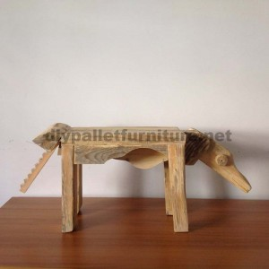 Sculptures of animals using pallet remains