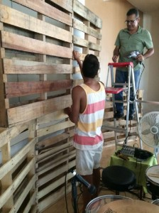 Casa de adoración y Restauración in Puerto Rico, uses 22 pallets to build a scenario 3