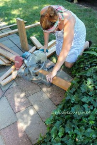 How to build a little vintage table for the garden using pallets 3