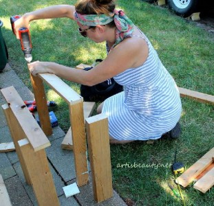 How to build a little vintage table for the garden using pallets 4