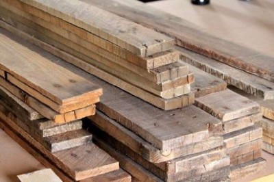 Instructions of how to coat the wall of a living room using pallets 1