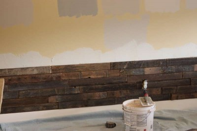 Instructions of how to coat the wall of a living room using pallets 3