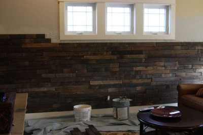 Instructions of how to coat the wall of a living room using pallets 4