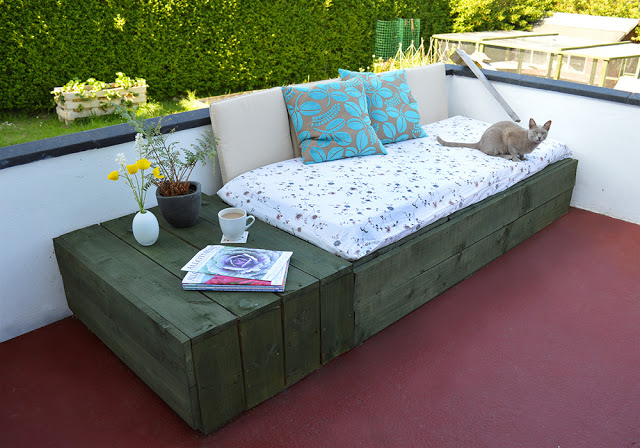instructions of how to make a couch for the terrace using