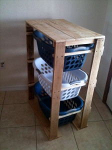 Plans and instructions to build a drawer for the dirty clothes with pallets 8