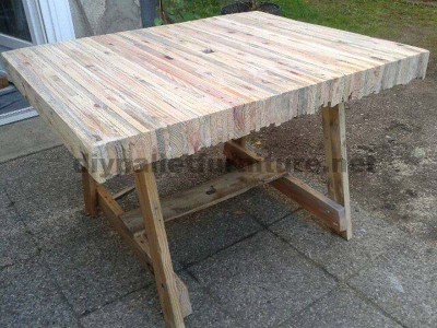 Table built gluing pallet planksdiy pallet furniture diy for Table exterieur palette