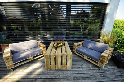 Sofa-made---with-just-3-Europallets-2-400x266