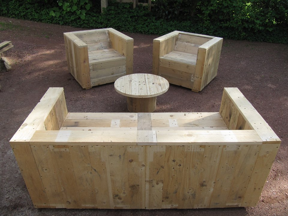 Garden furniture set built with pallets and a wooden for Table exterieur palette