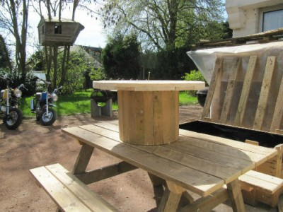 Garden furniture det built with pallets and a wooden coil 3