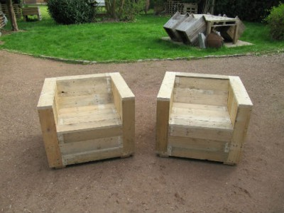 Garden furniture det built with pallets and a wooden coil 4