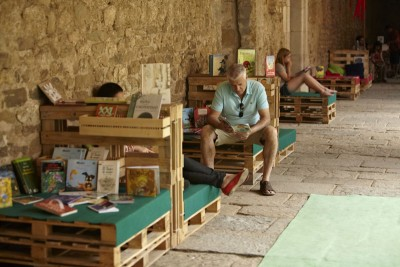 Monastery cloister transformed into a temporary library thanks to the pallets 1