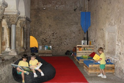 Monastery cloister transformed into a temporary library thanks to the pallets 4