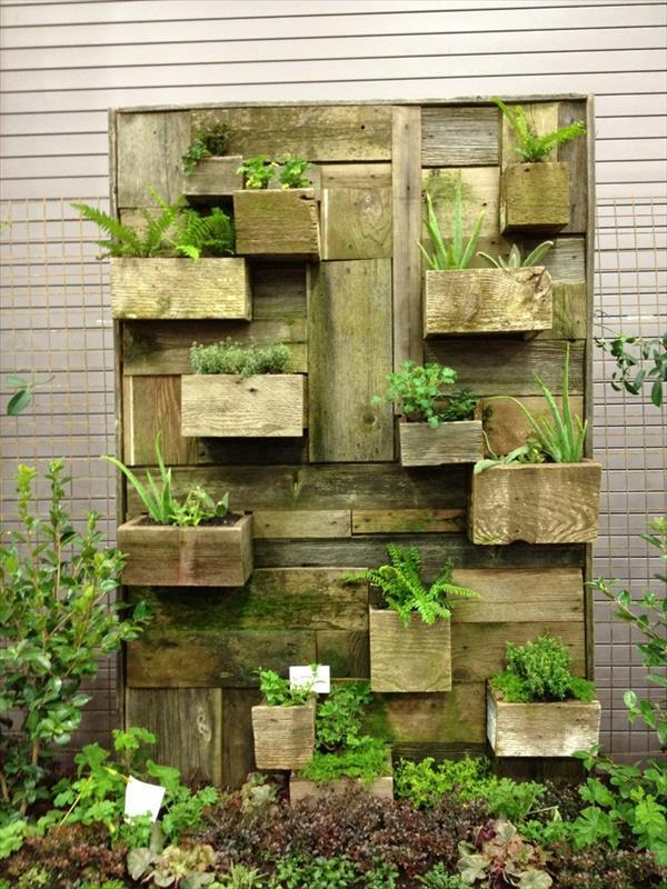 Vertical garden design built using pallets 2diy pallet for How to make a vertical garden using pallets