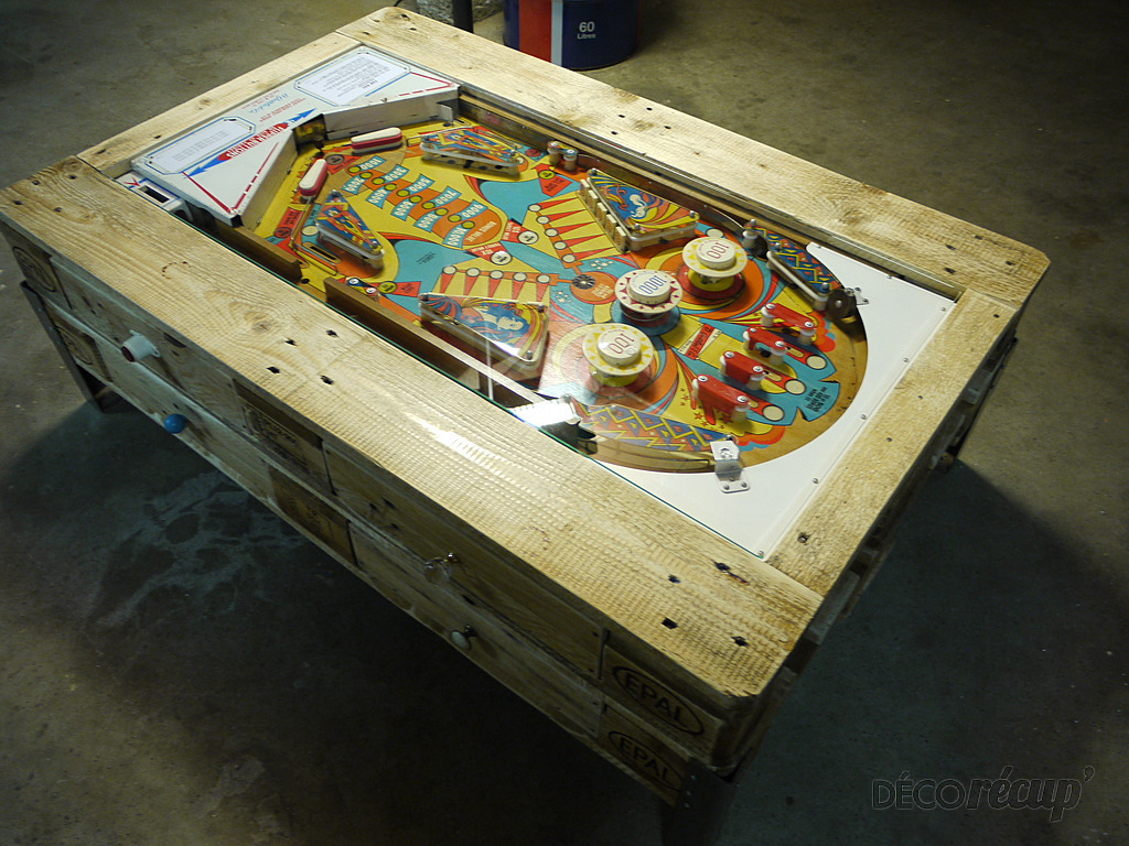 Coffee table with integrated pinball built with palletsdiy pallet furniture - Fabriquer table palette ...