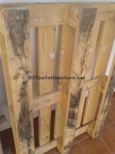 Double height table for the living room with a pallet and a glass 1