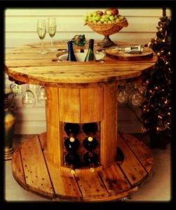 Mesa hecha con una bobina de cable para amantes del vino 1