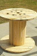 Mesa hecha con una bobina de cable para amantes del vino 2