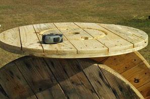 Mesa hecha con una bobina de cable para amantes del vino 3
