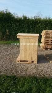 Rubbish shelter made with pallets 3