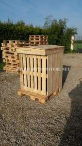Rubbish shelter made with pallets 5