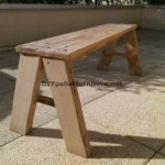 Simple bench with pallet planks for your yard