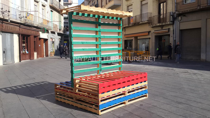 Stage and informative poster with pallets 5diy pallet furniture diy pallet furniture - Estructuras con palets ...